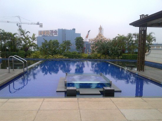 Banyan Tree Macau: Our own pool with the heated pool in the middle