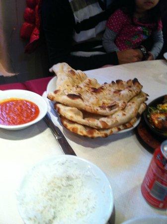 Maisha Restaurant: Naan with the chutney
