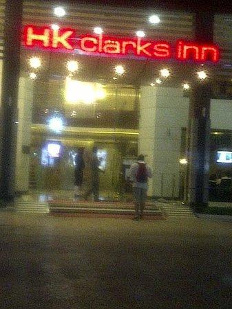 كلاركس إن أمريستار: Hubby entering hotel 