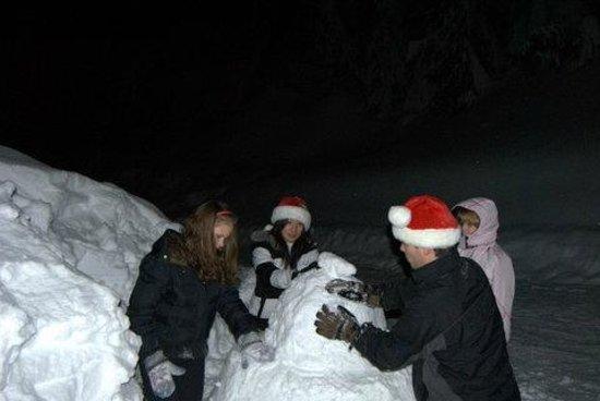 Snowflake Resort Chalets : making a snowman