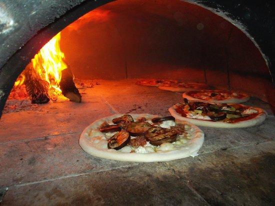 Il forno per le pizze il vero forno a legna picture of - Forno a legna in casa ...