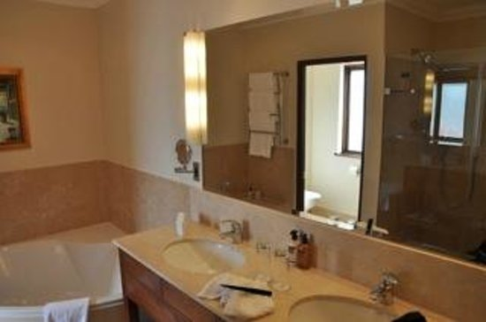 Asara Wine Estate & Hotel: Bathroom