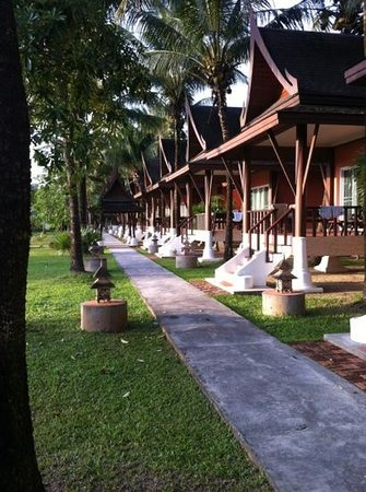 C&N Kho Khao Beach Resort: standard bungalow mot havet