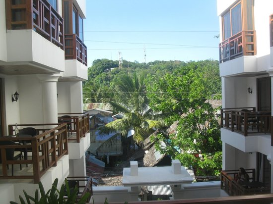 Giulius Boracay Italian Resort: View from the corridor-but the green is not Hotel´s property