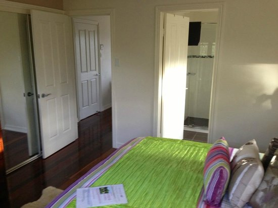 Jacaranda Creek Farmstay and B&B: Bedroomlooking into bathroom