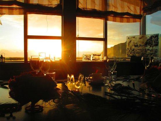 Hotel Edda - Vik i Myrdal: Sunset through the hotel resturant by the beach