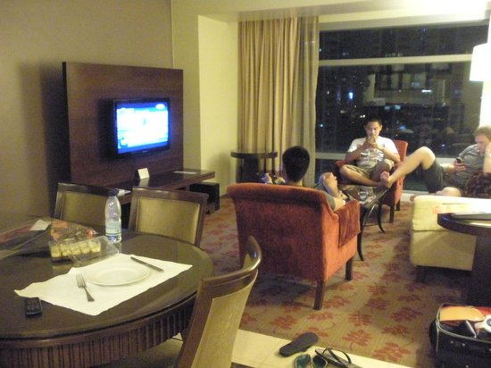Ascott Makati: Living room/dining