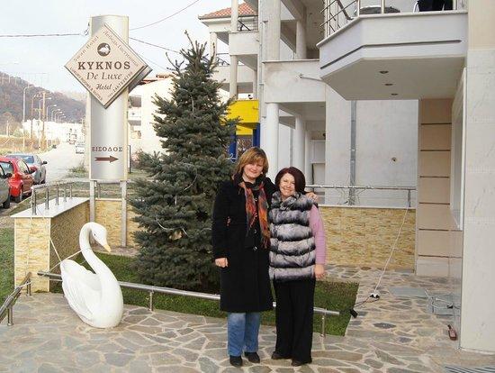 Kyknos De Luxe Suites Hotel: Фото с хозяйкой отеля на память