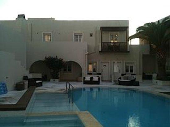 Nissaki Beach Hotel Naxos: Recinto interior del hotel con la piscina jacuzzi