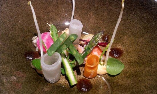 Ter Leepe: Koningskrab met gemarineerde en gepekelde groenten, kokos en pinda, Oosterse vinaigrette.