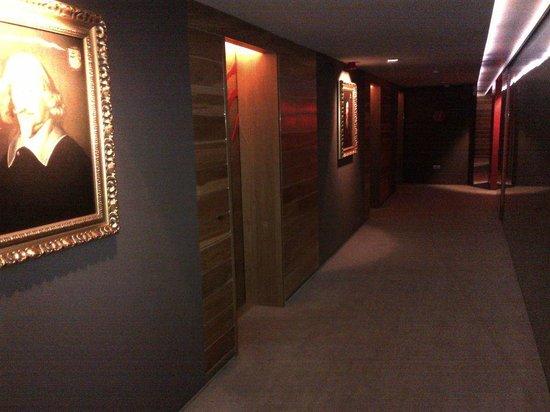 Graffit Gallery Hotel: Hallway