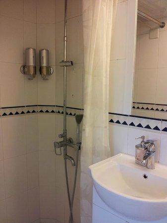 Concerto Inn: Bathroom