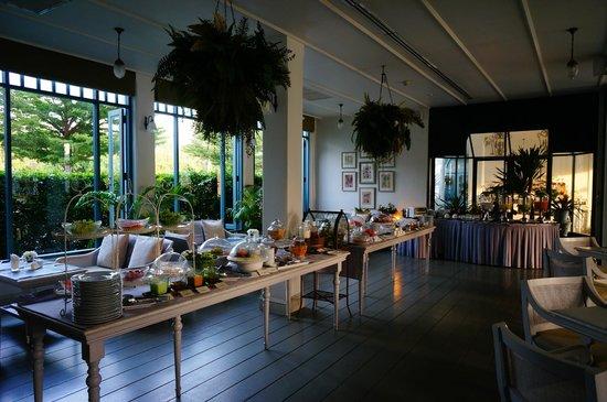 Devasom Hua Hin Resort: breakfast buffet line