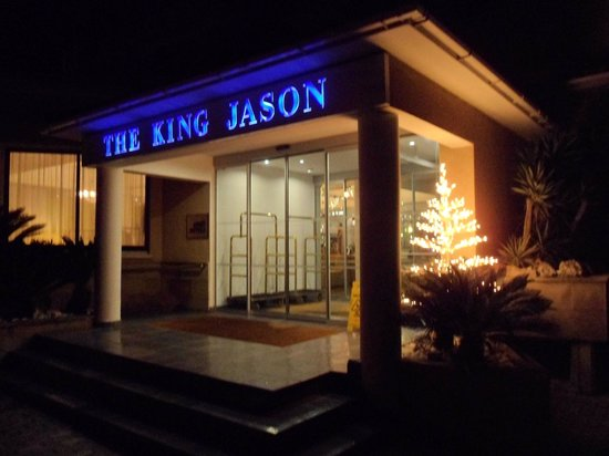 The King Jason Paphos: Haupteingang bei Nacht