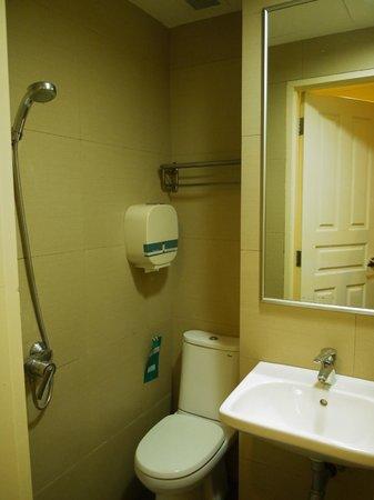 Hotel 81-Bugis: シャワーカーテンのない狭いバスルーム