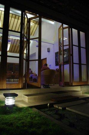 Villa Sutra: la villa by night