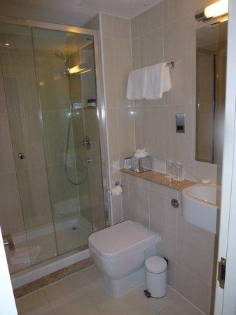 Park International Hotel: Badezimmer mit großer Glasdusche