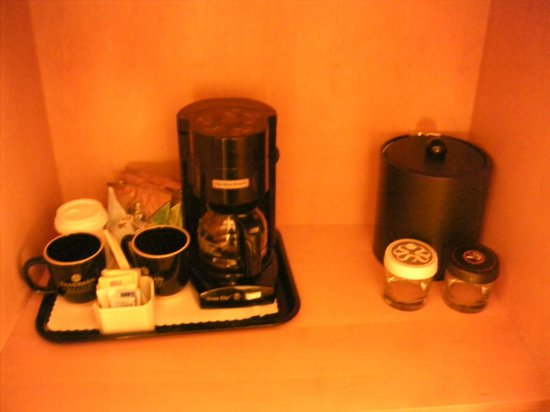 Sandman Signature Vancouver Airport Hotel & Resort: coffee maker etc.