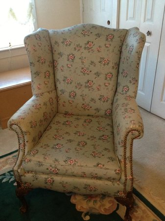 MeadowLark Farm Bed and Breakfast: love this comfy chair!