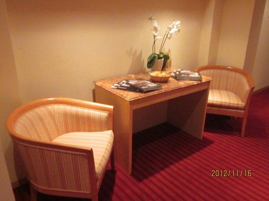 Savoy Hotel: Walkway