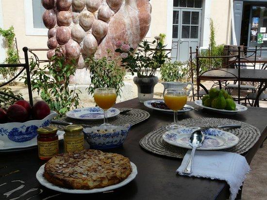 Hotel La Marbrerie: Petit déjeuner en extérieur