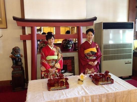 Nara Hotel: 元旦は有名な鳥居を模したマントルピースの前で振り袖を着たスタッフがお屠蘇のサービスをしてくれました!
