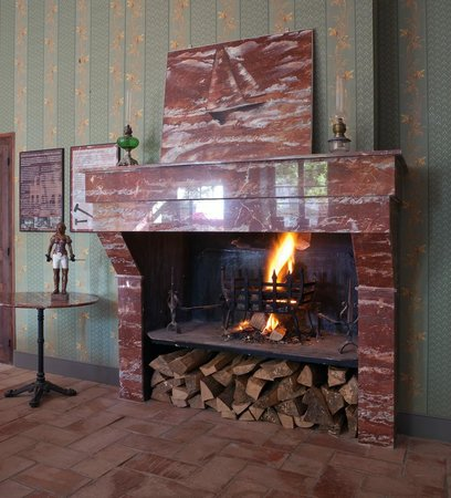 Hotel La Marbrerie: Cheminée en marbre SAM