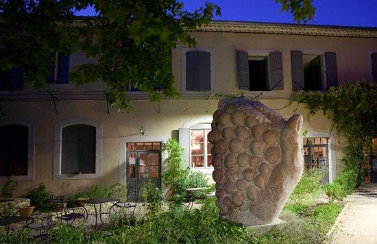 Hotel La Marbrerie: Sculture dans le jardin