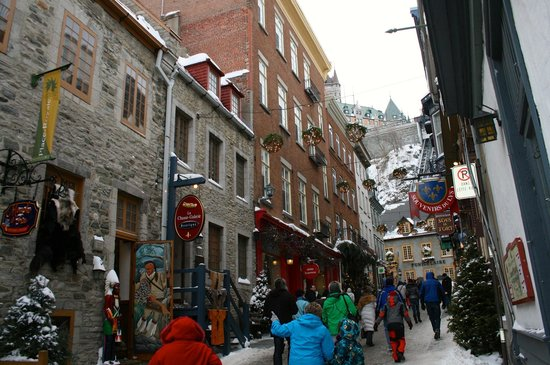 View of the shopping area of lower old quebec from upper for Basse goulaine piscine
