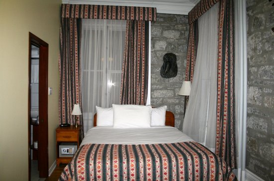 Manoir de L'Esplanade : View of the bed, note the stone mixing with the old.