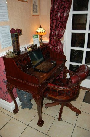 Creston Villa Guest House: The Guest Computer Station