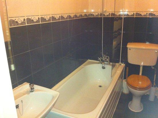 Beachcomber B&B: Bathroom ,Room 4.