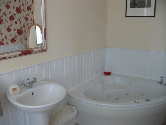 SeaBanks B&B: Corner Bath - Room 6