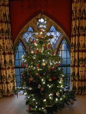 The Old School Bed and Breakfast: Upstairs traditional Christmas tree