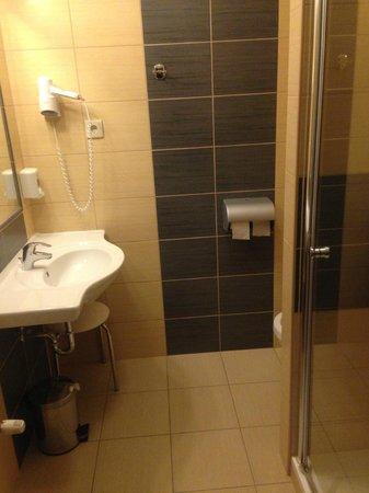 Paprika M1 Hotel: the bathroom