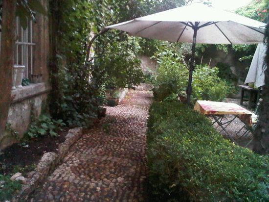 La Vagabonde : Jardin avec calade en galets