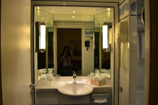 Hotel Opera Richepanse: Espelho do Banheiro