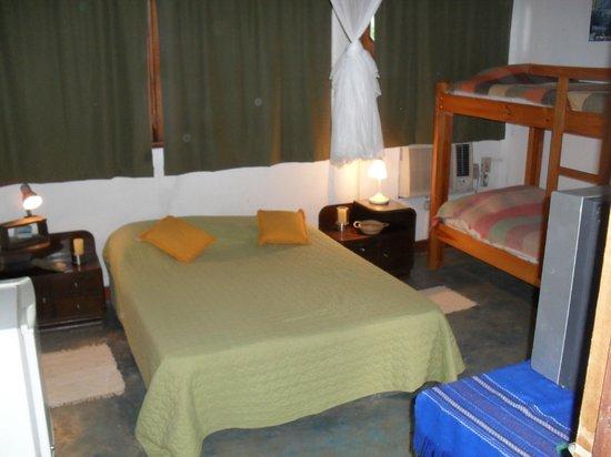 Posada La Arcadia: Habitacion matrimonial con liera, baño, aire acondicionado y TV, mas corredor con hamaca