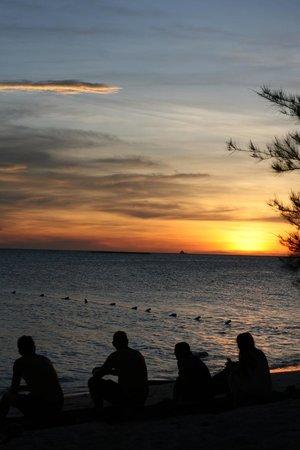 Mari Mari Mantanani Backpacker Lodge: Sunset from the beach