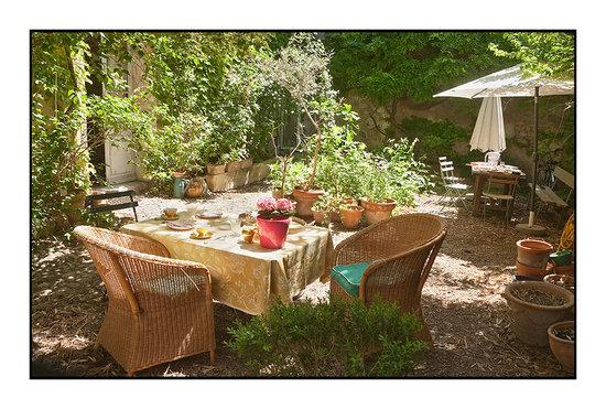 La Vagabonde : Petit déjeuner dans le jardin