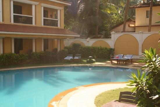 Casa De Goa Boutique Resort: poolområdet med direkt utgång till poolen var helt perfekt. 