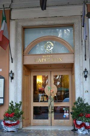Hotel Napoleon: L'ingresso dell'albergo