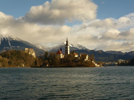 Golf Hotel Bled: Lake Bled Island (hotel on right)