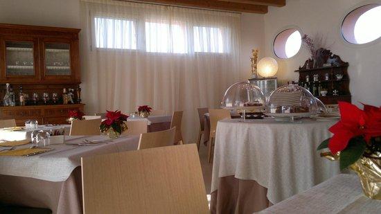 Agriturismo Ca' Beatrice: Sala colazione, torte fatte in casa
