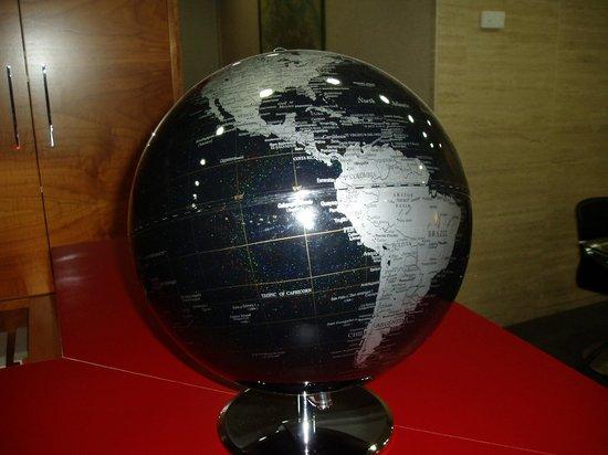 Hotel Condes de Haro: La bola del mundo en recepción es preciosa