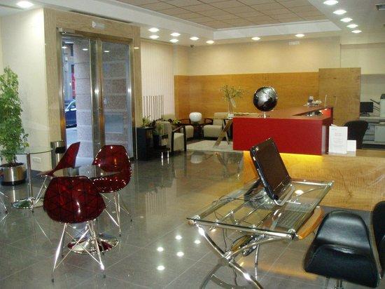 Hotel Condes de Haro : moderna recepción y mucho más amplia