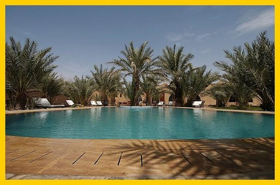 La Rose Du Desert: a big swimming pool in the centre of the guest house.