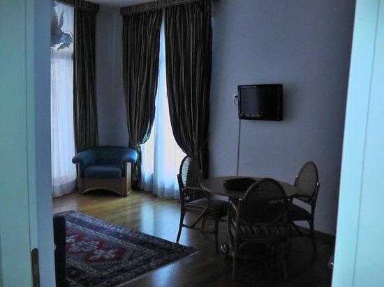 San Marco Palace Suites: salon avec balcon