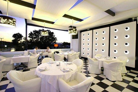 Restaurant Zafferano: Front terrace at Zafferano