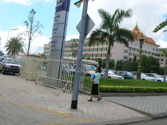 Phnom Penh Hotel: hotel phnom penh from monivong blvd